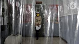 Narapidana berjalan keluar usai mendapat pembebasan bersyarat melalui program asimilasi dan integrasi terkait pandemi virus corona COVID-19 di Rutan Kelas I Depok, Jawa Barat, Selasa (7/4/2020). Sekitar 290 narapidana mendapatkan pembebasan bersyarat. (Liputan6.com/Johan Tallo)