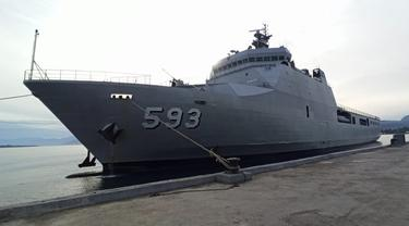 KRI Banda Aceh 593 salah armada kapal perang milik TNI AL sandar di dermaga Lanal Mamuju mengirimkan bantuan untuk korban gempa Sulbar. (Foto: Liputan6.com/Abdul Rajab Umar)