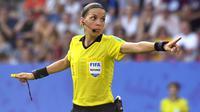 4. Stephanie Frappart - Stephanie Frappart menjadi wasit perempuan yang memimpin jalannya pertandingan Piala Super Eropa 2019. Wasit asal Prancis ini juga tercatat pernah memimpin pertandingan di laga Piala Dunia wanita dan Liga Prancis. (AFP/Damien Meyer)