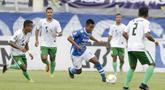 Gelandang Persib Bandung, Febri Hariyadi, berusaha melewati pemain Persiwa Wamena pada laga Piala Indonesia di Stadion Si Jalak Harupat, Bandung, Senin (11/2). Persib menang 7-0 atas Persiwa. (Bola.com/M Iqbal Ichsan)