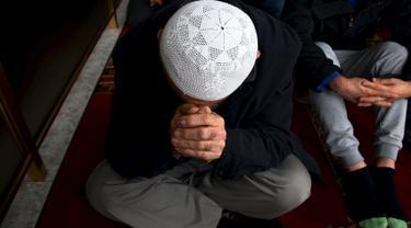 Seorang muslim Australia berdoa saat bulan ramadan di Masjid Gallipoli yang terletak di pinggiran Auburn, Sydney, Australia, Jumat (10/7/2015). Gambar diambil tanggal 10 Juli 2015. (REUTERS/David Gray)