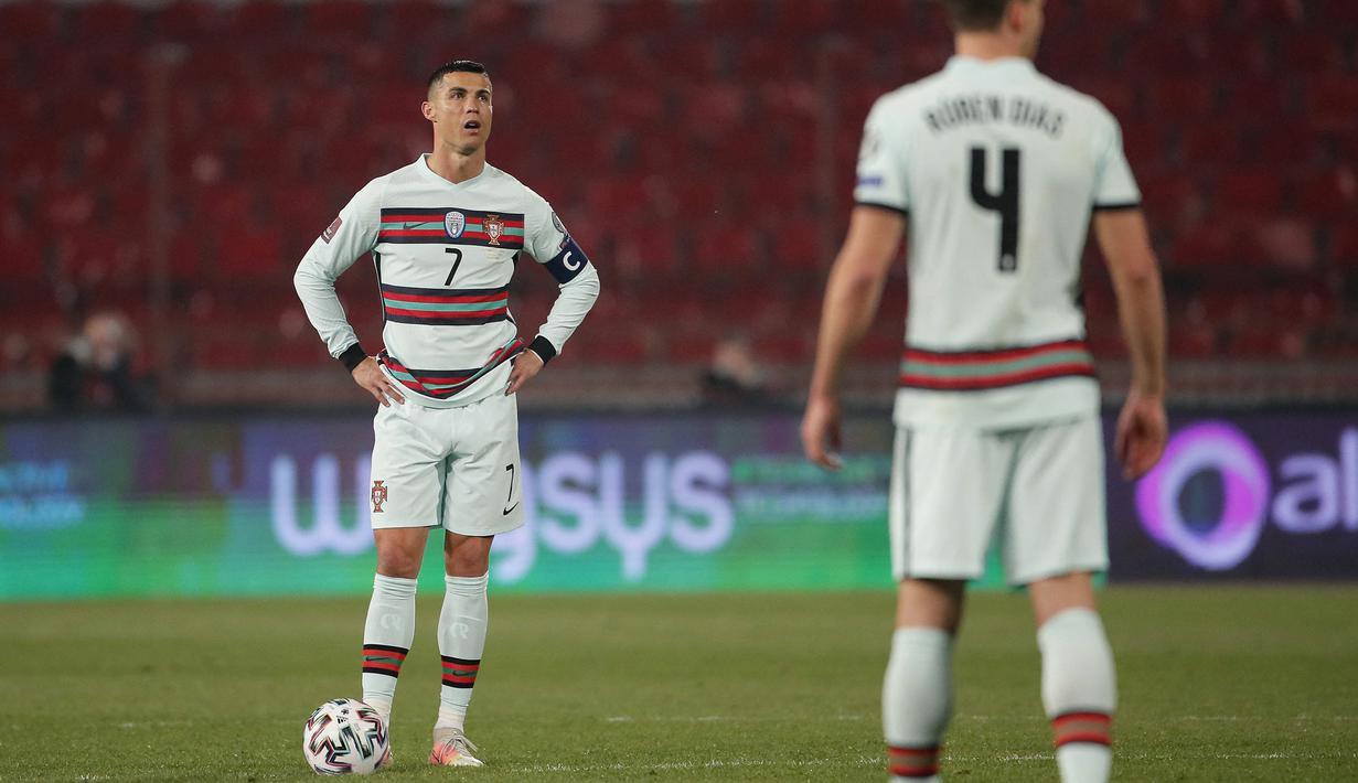 Striker Portugal, Cristiano Ronaldo tampak kecewa usai Serbia mencetak gol dalam laga Kualifikasi Piala Dunia 2022 Zona Eropa Grup A di Rajko Mitic Stadum, Belgrade, Sabtu (27/3/2021). Portugal bermain imbang 2-2 dengan Serbia. (AFP/Pedja Milosavljevic)