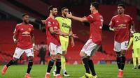 Pemain Manchester United merayakan gol kedua Bruno Fernandes ke gawang Newcastle United pada menit ke-75. MU meraih kemenangan 3-1 atas Newcastle pada laga pekan ke-25 Premier League di Old Trafford, Senin (22/2/2021). (Stu Forster/POOL/AFP)