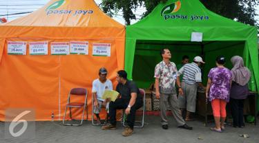 PD Pasar Jaya menggelar operasi pasar murah di 20 titik pasar pada bulan Ramadan di wilayah Jakarta, Kamis (9/6/2016). Operasi pasar sendiri digelar mulai 4 Juni hingga 17 Juli mendatang. (Liputan6.com/Yoppy Renato)