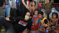 Menteri Nadiem Anwar Makarim saat berswafoto bersama ana-anak orang rimba. (Liputan6.com/dok KKI Warsi)