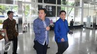 Garibaldi Thohir dan Erick Thohir tiba di KPP Wajib Pajak Besar, Jakarta, Rabu (14/9). Pelaporan tax amnesty untuk mendukung penuh terhadap pemerintah dan sekaligus membayar tebusan sesuai dengan ketentuan yang berlaku. (Liputan6.com/Angga Yuniar)