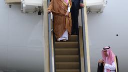 Raja Arab Saudi Salman bin Abdulaziz al-Saud turun dengan eskalator khusus, di Bandara Halim Perdanakusuma, Jakarta, Rabu (3/1). Presiden Joko Widodo (Jokowi) menyambut kedatangan Raja Salman di bawah pintu pesawat. (Liputan6.com/Fery Pradolo)