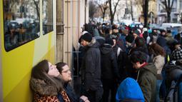 Antrean calon pembeli sepatu Adidas/BVG (Berlin Transport) di luar toko Overkill di Berlin, Jerman, Selasa (16/1). Toko itu hanya menyediakan 500 pasang sepatu olahraga terbaru dari Adidas yang disebut-sebut paling canggih. (AFP PHOTO / Odd ANDERSEN)