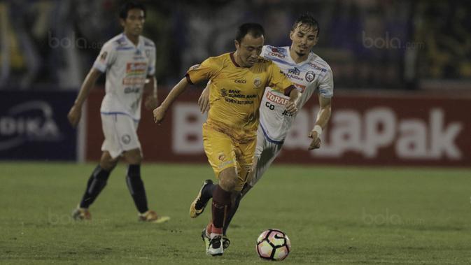 Gelandang Sriwijaya FC, Yoo Hyun-goo, saat pertandingan melawan Arema FC pada laga perempat final Piala Presiden di Stadion Manahan, Solo, Minggu, (4/2/2018). Sriwijaya FC menang 3-1 atas Arema FC. (Bola.com/M Iqbal Ichsan)