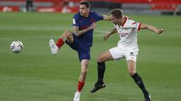 Bek Atletico Madrid, Jose Gimenez dan penyerang Sevilla, Luuk de Jong berebut bola pada pekan ke-29 Liga Spanyol di Wanda Metropolitano, Madrid, Senin (5/4/2021) dini hari WIB. Tandang ke markas Sevilla, Atletico Madrid kalah dengan skor 0-1. (AP Photo/Angel Fernandez)