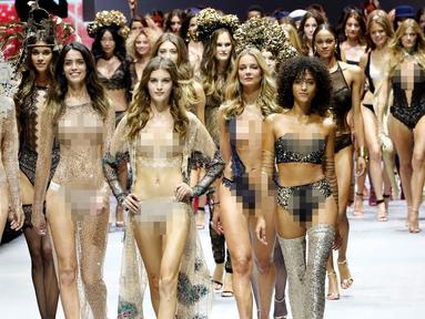 Sejumlah model memperagakan pakaian dalam transparan di catwalk saat Etam Live Show Lingerie di Fashion Week di Paris, Prancis (28/9). Pagelaran busana ini diadakan 27 September sampai dengan 5 Oktober. (REUTERS/Charles Platiau)