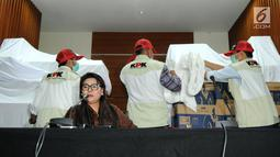 Wakil Ketua KPK Basariah dan Petugas KPK menunjukkan barang bukti OTT uang senilai Rp8 miliar di gedung KPK, Jakarta, Kamis (28/3). KPK mengamankan uang dalam pecahan Rp20 ribu dan Rp50 ribu dalam amplop yang diduga dipersiapkan untuk Pemilu 2019. (merdeka.com/Dwi  Narwoko)