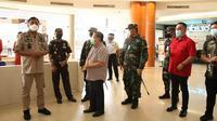 Olly saat meninjau pusat perbelanjaan di Manado yang akan segera dibuka kembali meski kasus positif  Covid-19 terus meningkat.