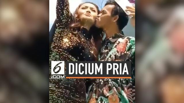 Sebuah video beredar di media sosial, di mana Siti Badriah dicium seorang pria di atas panggung. Menyadari dirinya telah dicium, begini reaksi Siti Badriah.