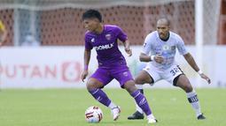 Bek Bali United, Leonard Tupamahu (kanan) menjaga pergerakan striker Persita Tangerang, Nur Hardianto dalam laga matchday ke-3 Grup D Piala Menpora 2021 di Stadion Maguwoharjo, Sleman, Jumat (2/4/2021). (Bola.com/M Iqbal Ichsan)