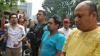 Ekspresi penganiaya pakar IT ITB saat digiring ke Polda Metro Jaya. Dua penganiaya pakar IT ITB, Hermansyah berhasil diamankan Tim Jaguar Polresta Depok saat perjalanan pulang dari Bandung pada dini hari tadi.