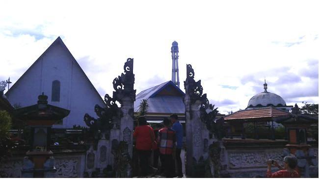 Rumah ibadah yang bersebelahan di Mopuya. (Liputan6.com/Yoseph Ikanubun)