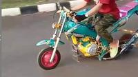 Terlihat motor yang telah mendapatkan modifikasi menggunakan ban angkong atau ban kecil yang digunakan untuk gerobak pasir. (@agoez_bandz4).