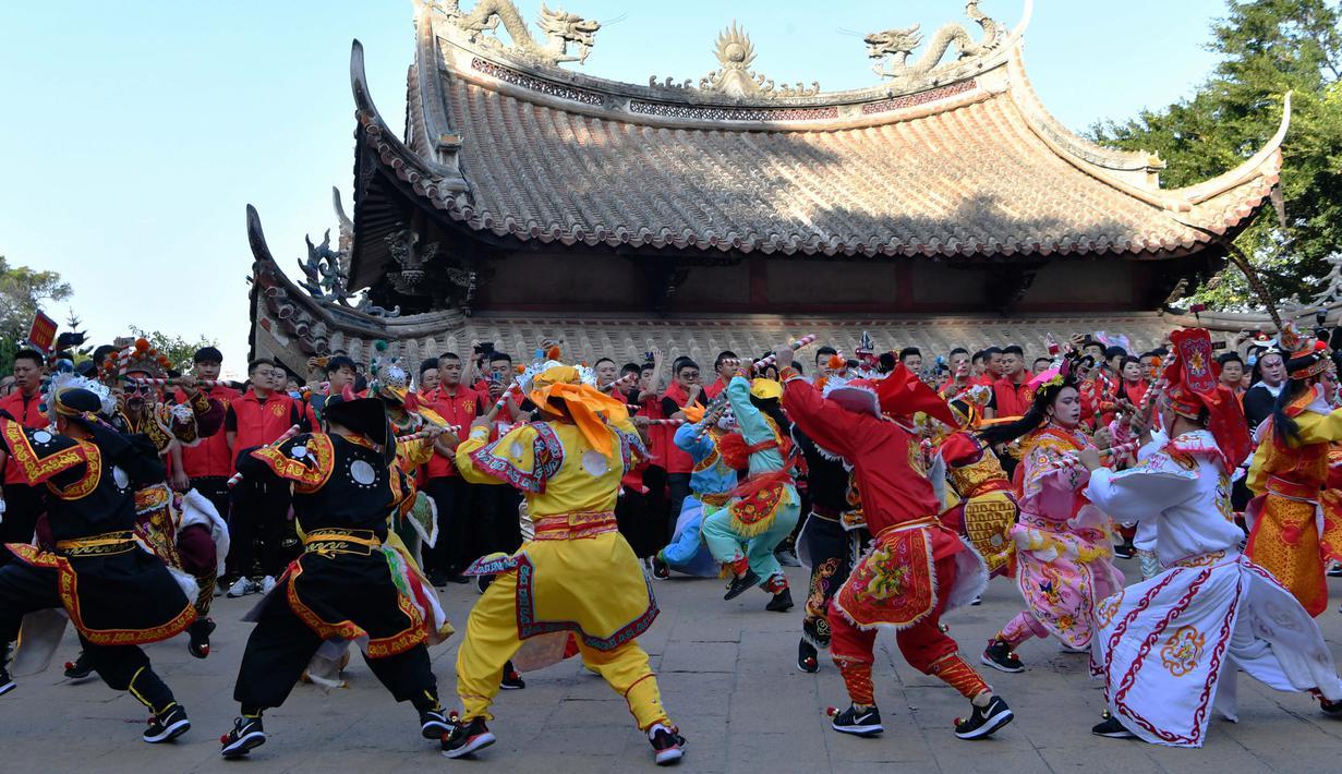 Para penganut Mazu dari Provinsi Guangdong tampil di sebuah lapangan di Pulau Meizhou, Kota Putian, Provinsi Fujian, China, 25 Oktober 2020. Pada 2009 lalu, kepercayaan dan adat istiadat Mazu dimasukkan dalam Daftar Warisan Budaya Takbenda kategori Kemanusiaan UNESCO. (Xinhua/Wei Peiquan)