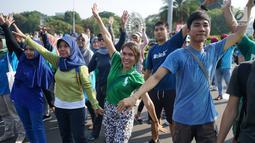 Peserta mengikuti flashmob dalam Pawai Tolak Plastik Sekali Pakai di Lapangan Aspirasi Monas, Jakarta, Minggu (21/7/2019). Pawai bebas plastik ini akan menjadi aksi terbesar di Indonesia untuk menolak penggunaan plastik sekali pakai karena sudah mengancam lingkungan. (Liputan6.com/Immanuel Antonius)