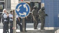 Polisi Jerman bersiaga di sekitar Stasiun Cologne, setelah muncul laporan serangan bom Molotov dan penyanderaan seorang wanita pada Senin, 15 Oktober 2018 (AP/Oliver Berg)
