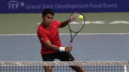 Ganda Putra Indonesia, M Rifqi, memukul bola saat melawani ganda India pada laga Combiphar Tennis Open 2019 di Hotel Sultan, Jakarta, Kamis (8/8). Rifqi/Anthony kalah 5-7 dan 1-6. (Bola.com/Yoppy Renato)