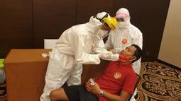 Pemain Timnas Indonesia, Evan Dimas, mengikuti tes Swab di di Hotel Fairmont, Jakarta, Kamis (30/7/2020). Pemain senior dan pemain U-19 melakukan tes Swab jelang pemusatan Latihan. (Dokumentasi PSSI)
