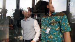 Suami aktris Dian Sastrowardoyo, Maulana Indraguna Sutowo (kiri) usai menjalani pemeriksaan di Gedung KPK, Jakarta, (10/4). Indra diperiksa dalam kapasitasnya sebagai Dirut PT Mugi Rekso Abadi (MRA). (Merdeka.com/Dwi Narwoko)