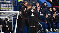 Kylian Mbappe bereaksi saat ditarik keluar pelatih PSG, Thomas Thucel, dalam laga kontra Montpellier (1/2/2020). (AFP/Franck Fife)