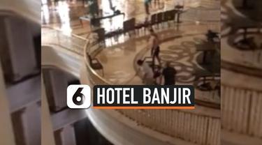 Petugas hotel bintang lima di Turki membersihkan genangan air di setiap lantai. Hotel bintang lima itu mengalami kebocoran usai diguyur hujan deras selama 20 jam.