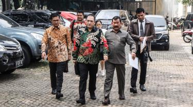 Dirut PT Sebuku Tanjung Coal (STC), Mayjen TNI (Purn) Soenarko MD (kanan) didampingi kuasa hukum melaporkan petinggi Polri terkait ketidakadilan dalam penanganan perkara di kantor Kompolnas, Jakarta, Senin (23/7). (Liputan6.com/Pool/Dodi)