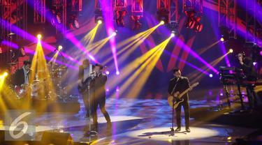 Penampilan band Noah dalam konser The Biggest Concert Noah 'Sings Legends'  di Jakarta, Kamis (19/5). Konser ini akan menjadi saksi NOAH meluncurkan album terbaru bertajuk Sings Legend. (Liputan6.com/Herman Zakharia)