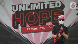 Deputy CEO Smartfren Djoko Tata Ibrahim memberi sambutan pada peluncuran jersey bersepeda Unlimited Hope hasil kokreasi Smartfren, Show The Monster dan Common Spot di Jakarta, Sabtu (27/3/2021). Jersey tersebut akan dijual melalui official store Common Spot online maupun offline. (Liputan6.com/Pool)