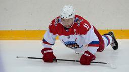 Presiden Rusia Vladimir Putin melakukan pemanasan sebelum bermain hoki es di Shayba Arena, Resor Laut Hitam Sochi, Rusia, (15/2). (Sergei Chirikov / Pool / AFP)