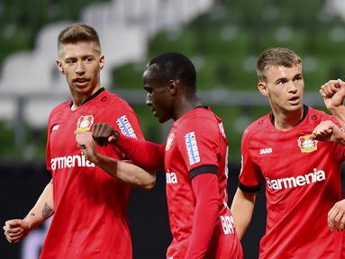 Pemain Bayer Leverkusen merayakan gol yang dicetak oleh Kai Havertz ke gawang Werder Bremen pada laga Bundesliga di Weserstadion, Bremen, Senin (18/5/2020). Bayer Leverkusen menang 4-1 atas Werder Bremen. (AP/Stuart Franklin)