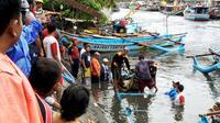 Banjir menerjang Sungai Kaliyasa, Cilacap dan menyeret 50-an kapal, 1 Januari 2018. (Foto: Liputan6.com/Muhamad Ridlo)