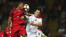 Penyerang Portugal, Nani, duel udara dengan pemain Gibraltar, Mascarenhas Olivero. Sejak menit awal Portugal langsung bermain menyerang menekan pertahanan Gibraltar. (EPA/Hugo Delgado)