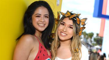 Dua pengunjung wanita berpose saat menghadiri Coachella Music & Arts Festival 2019 di Indio, California (14/4). Festival ini selalu ditunggu oleh pencinta musik dunia dan selebriti Hollywood. (AFP Photo/Valerie Macon)
