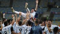 Lionel Messi (atas) dan Tim Argentina melakukan selebrasi setelah memenangkan pertandingan Final CONMEBOL Copa America 2021 antara Argentina melawan Brasil yang berlangsung di Stadion Maracana, Rio de Janeiro pada Sabtu (10/07/2021). (AP/Bruna Prado)