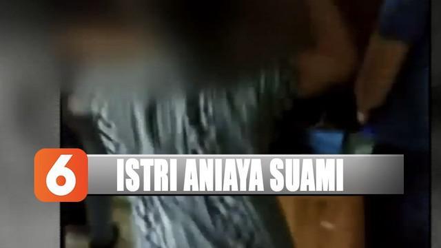 Polisi dibantu ketua RT setempat akhirnya mencoba menenangkan pelaku yang terus meronta.