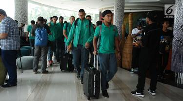 Sejumlah pemain Timnas Indonesia bersiap meninggalkan hotel menuju Bandara Soekarno Hatta, Tangerang, Banten, Senin (5/6). Timnas Indonesia akan melakoni laga uji coba melawan Kamboja pada 8 Juni mendatang. (Liputan6.com/Helmi Fithriansyah)
