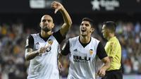 Striker Valencia, Simone Zaza, melakukan selebrasi usai mencetak gol ke gawang Sevilla pada laga La Liga Spanyol di Stadion Mestalla, Sabtu (21/10/2017). Valencia menang 4-0 atas Sevilla. (AFP/Jose Jordan)