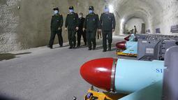 Panglima IRGC Mayor Jenderal Hossein Salami bersama Komandan AL Laksamana Alireza Tangsiri saat meresmikan pangkalan bawah tanah untuk rudal antikapal di Teluk Persia, Iran, 8 Januari 2021. Pangkalan ini salah satu dari beberapa pangkalan yang menampung rudal strategis AL IRGC. (SEPAHNEWS/AFP)