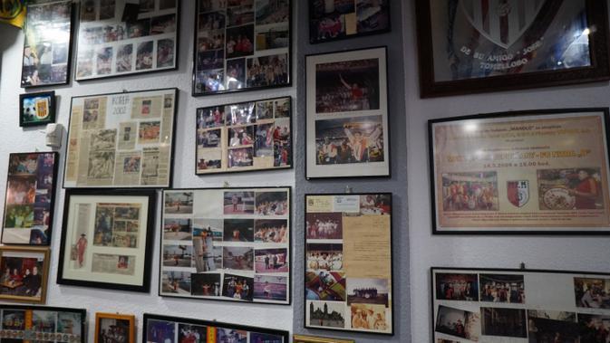 Suasana bar Manolo El Del Bombo mirip museum pribadi, penuh dengan berbagai benda yang mewakili perjalanan hidupnya (Marco Tampubolon/Liputan6.com)