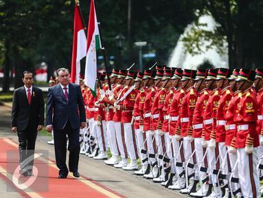 Presiden Jokowi dengan Presiden Republik Tajikistan, H.E. Mr. Emomali Rahmon mengikuti upacara penyambutan di Istana Merdeka, Jakarta, Senin (1/8). Kedatangannya untuk menghadiri World Islamic Economic Forum (WIEF). (Liputan6.com/Faizal Fanani)