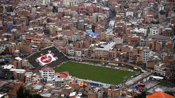 2. Bolivia - Stadion Libertador Simon Bolivar kota La Paz, Bolivia. Stadion ini berada di tengah pemukiman padat penduduk di lingkungan Tembladerani. Stadion ini digunakan oleh kesebelasan Club Bolivar. (AFP/Franck Fife)