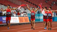 Lalu Muhammad Zohri (dua kanan) bersama Fadlin, Eko Rimbawan, dan Bayu Kertanegara melakukan selebrasi usai meraih perak dalam final lari 4x100 meter cabang olahraga atletik Asian Games 2018 di Jakarta, Kamis (30/8). (AP Photo/Bernat Armangue)