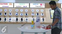 Pengunjung melihat smartphone di Galeri Indosat Ooredoo, Jakarta, Kamis (14/7). Kemenperin tengah menyiapkan aturan baru untuk mendorong pembangunan industri ponsel 4G di dalam negeri. (Liputan6.com/Angga Yuniar)