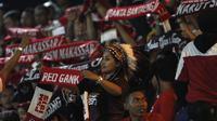 Sejumlah suporter PSM Makassar memberikan dukungan saat melawan Bhayangkara FC pada laga Liga 1 di Stadion PTIK, Jakarta, Senin (3/12). Kedua klub bermain imbang 0-0. (Bola.com/Yoppy Renato)