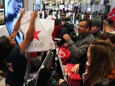 Konsumen memulai belanja saat acara penjualan Black Friday ketika gerai pusat perbelanjaan Macy membuka pintunya pada Hari Thanksgiving di New York, Kamis (28/11/2019). Selama Black Friday, warga Amerika merayakan tradisi dengan belanja dan berburu diskon-besaran. (Bryan R. Smith/AFP)
